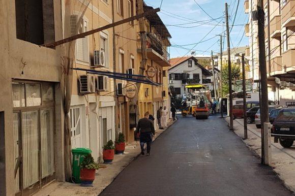 Ставен е нов асфалтен слој на уште две улици во градот