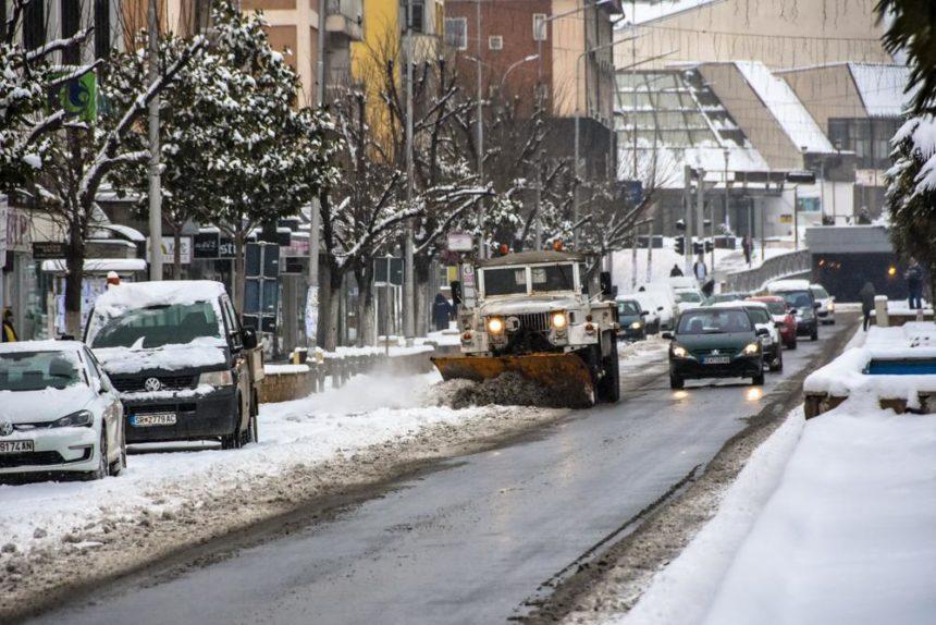 Се чисти снегот од улиците во градот