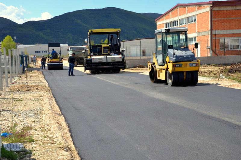 Се асфалтираат улици во индустриската зона Север